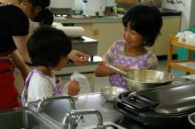$奈良の英会話スクールでレッスンや子供の英語教室なら HAYA English Academy (ハヤ イングリッシュ アカデミー)のブログ-小麦粉ふりふり!